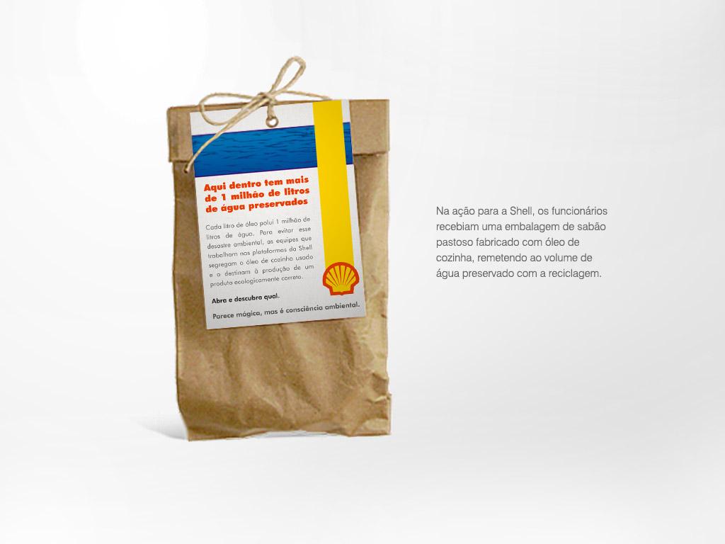 Na ação para a Shell, os funcionários recebiam uma embalagem de sabão pastoso fabricado com óleo de cozinha, remetendo ao volume de água preservado com a reciclagem